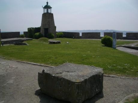 Petroglifo do polvorín no xardín alto do Castelo de San Antón