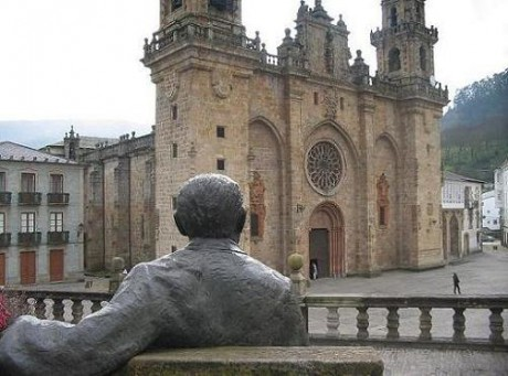 Catedral e estatua de Cunqueiro