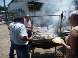 Asando sardiñas no restaurante A Lagoa, en Vimianzo