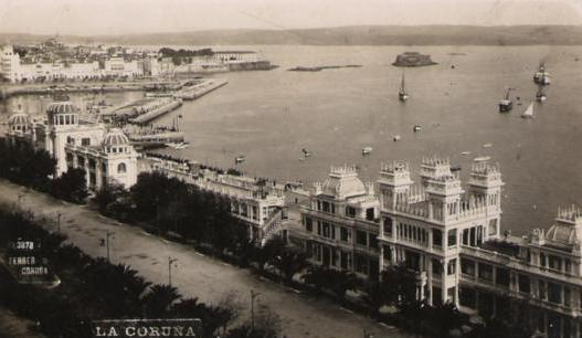 Vista da Coruña co hotel Atlantic no lado esquerdo da imaxe e o edifico da Terraza no lado dereito