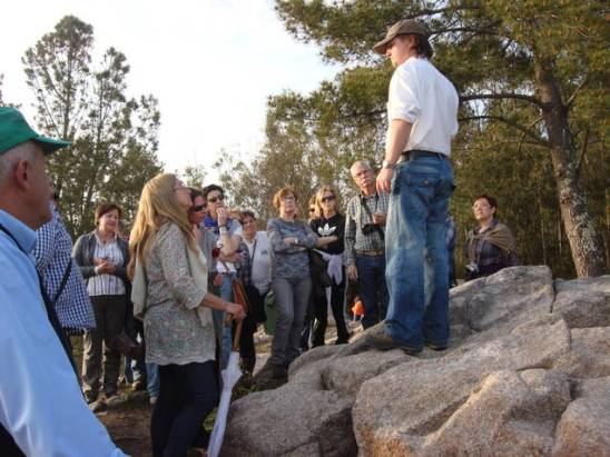 Antón Malde explicando o santuario de Pena Furada