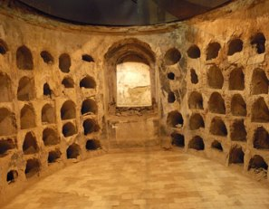 Cripta funeraria no centro da Muralla Púnica