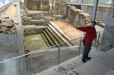 Martiño Vázquez diante da piscina romana das Burgas
