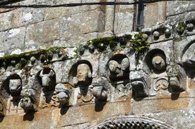 Pormenor da cornixa da igrexa de Loiro
