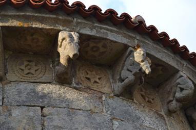 Canzorros e metopas da igrexa de San Miguel de Moreira